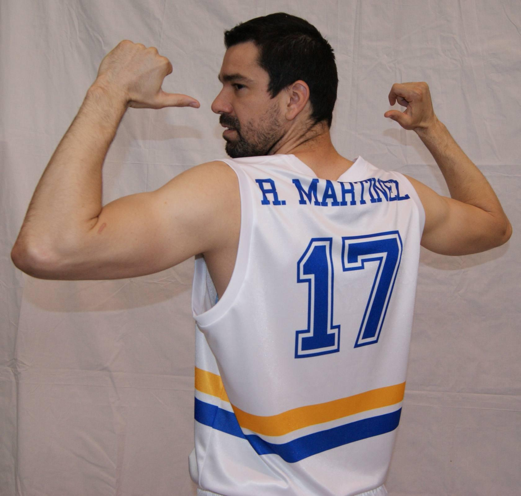 Rafa Mart&iacute;nez posa con la camiseta retro del Valencia Basket (02/05/2013)