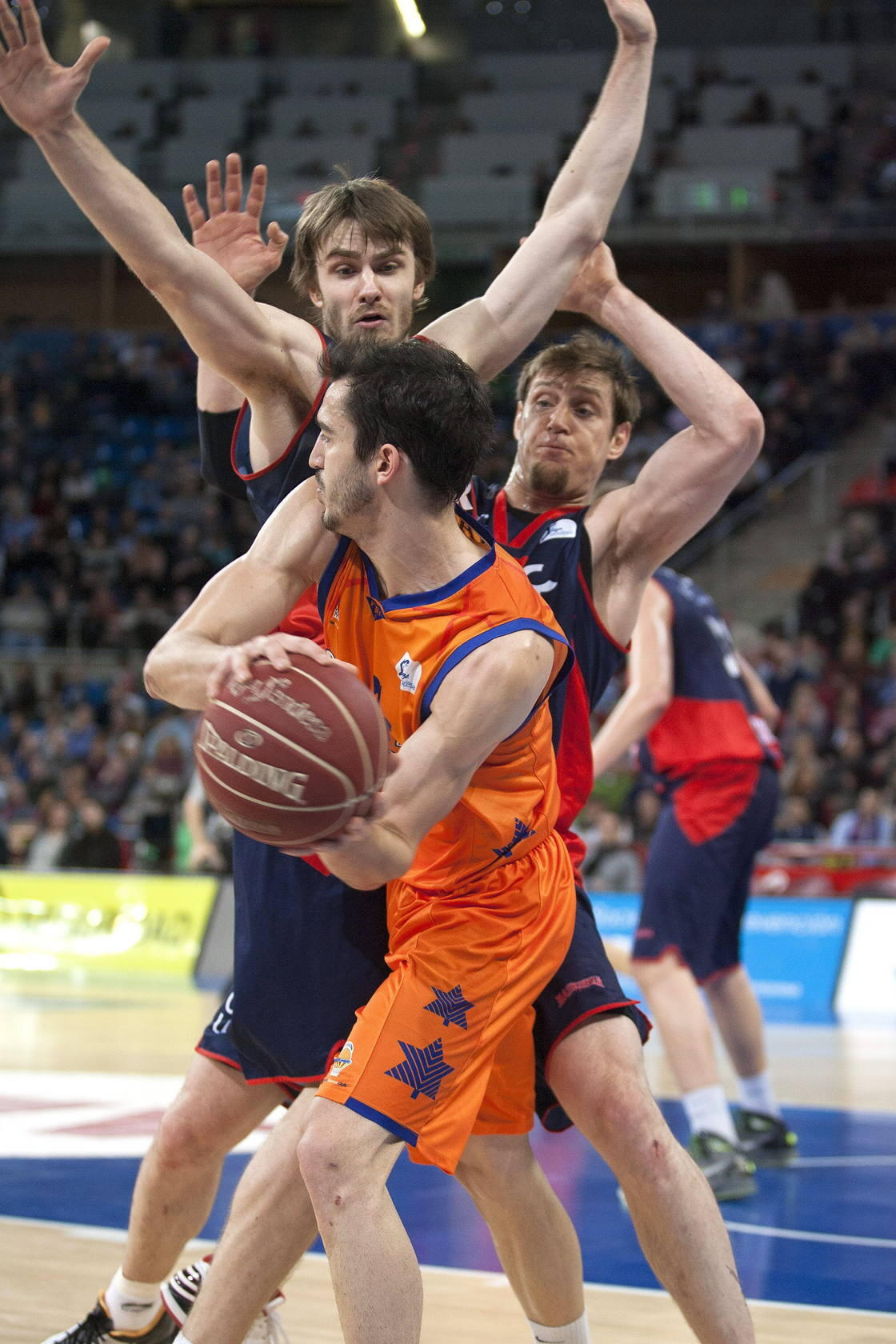 Partido entre el Caja Laboral - Valencia Basket
