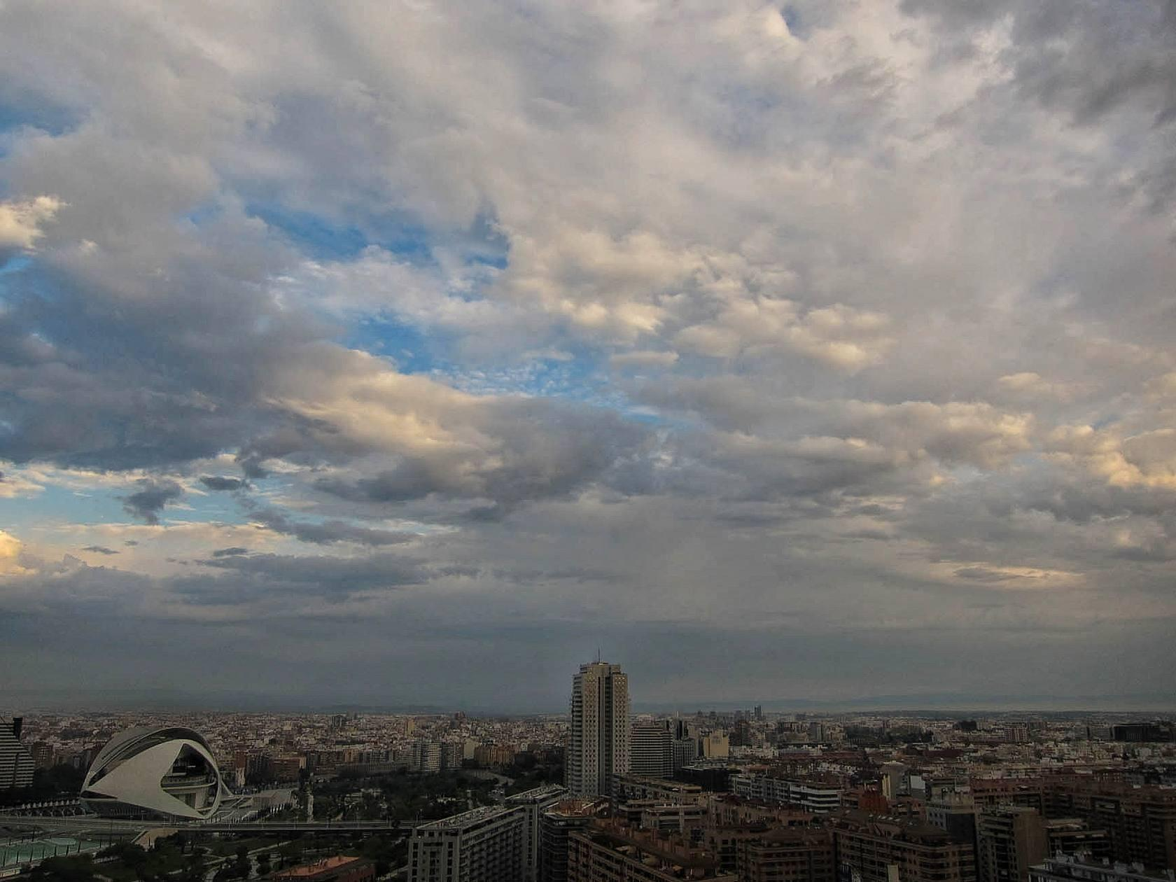 Amanecer en Valencia nublado y con previsi&oacute;n de lluvia (mi&eacute;rcoles 15 de mayo de 2013)