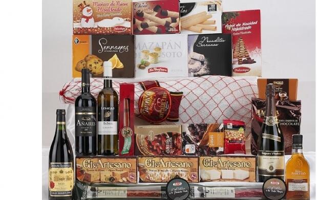 Cesta de Navidad con paleta, licores, dulces y conservas