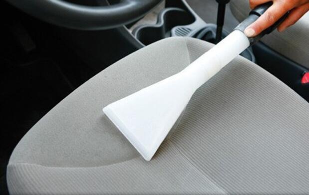 Limpieza detallada de coche a mano