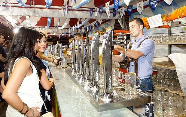 Cerveza ½l y costillas en el Oktoberfest