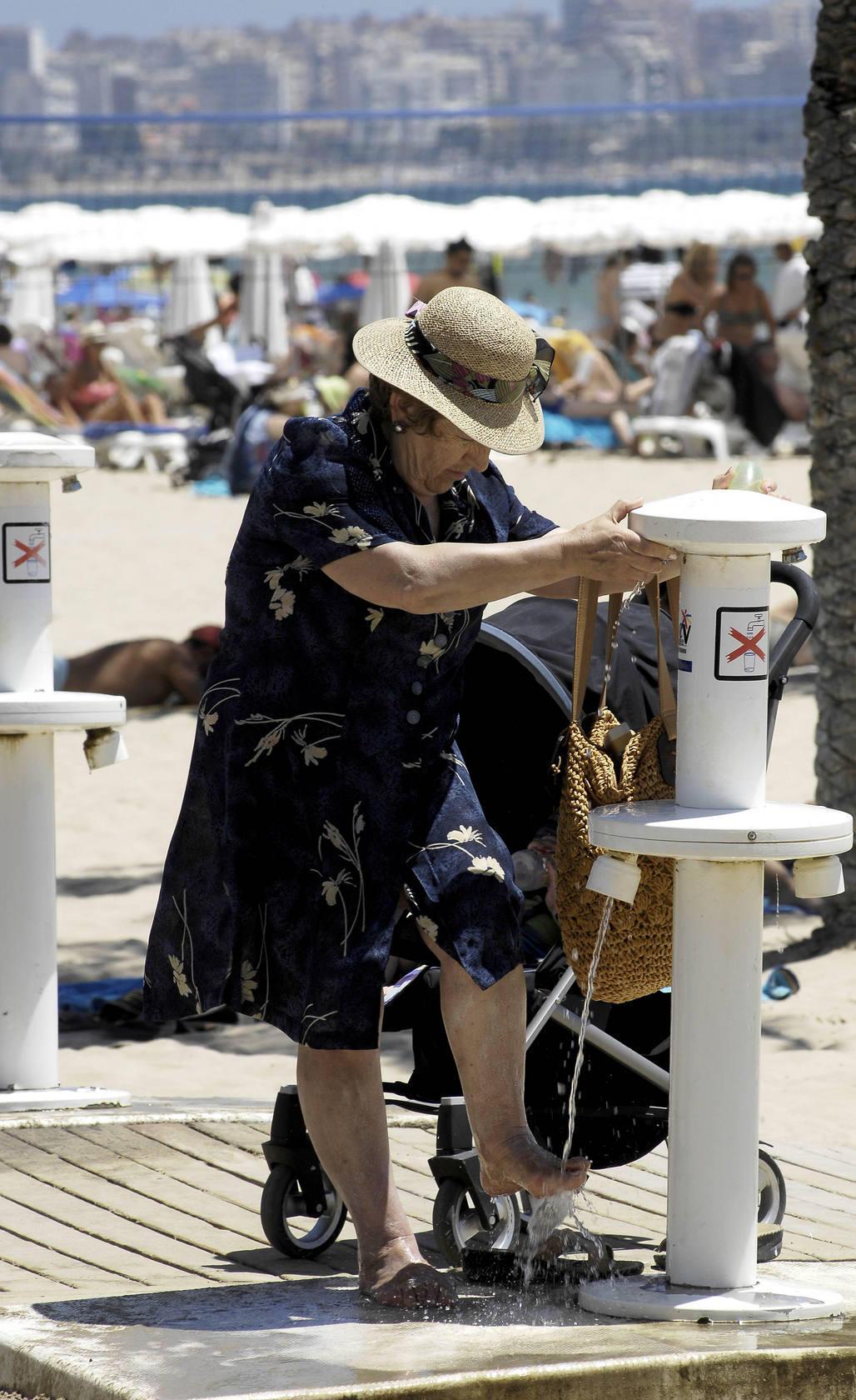 Cientos de bañistas disfrutan del buen tiempo en el Postiguet